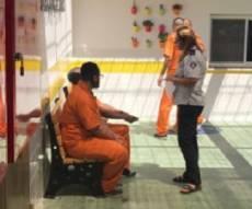 אסיר חרדי בכלא. אילוסטרציה - יצאו לחירות; מחקר: דבקות בדת מנעה פשע