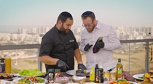 שף אסף אקריל ושוקי סלמון מבשלים לכם 'על האש'
