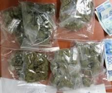 חלק משקיות הסמים, לאחר התפיסה - בני ברק: הכין סמים למכירה בתוך רכב נטוש