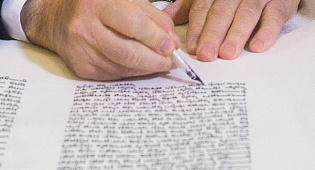"""אילוסטרציה - מחלל שבת שתרם ס""""ת, האם יכול לכתוב אות?"""