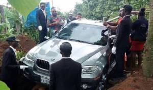 ניגריה: קבר את אביו במכונית יוקרה חדשה