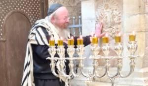 המקובל הרב יעקב עדס הדליק בקבר רחל