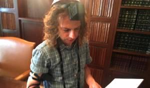 צפו: אמיר חצרוני הניח תפילין וקרא שמע ישראל