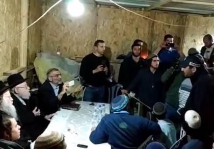 צפו: שוטרים פרצו לשיעור של הרב דב ליאור