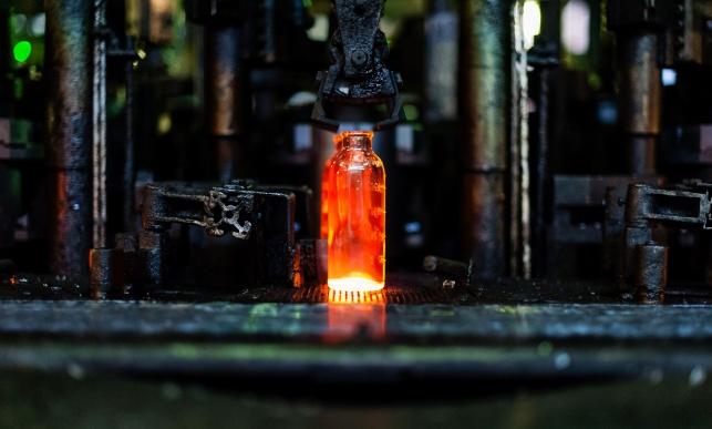 ייצור בקבוקי זכוכית. אילוסטרציה