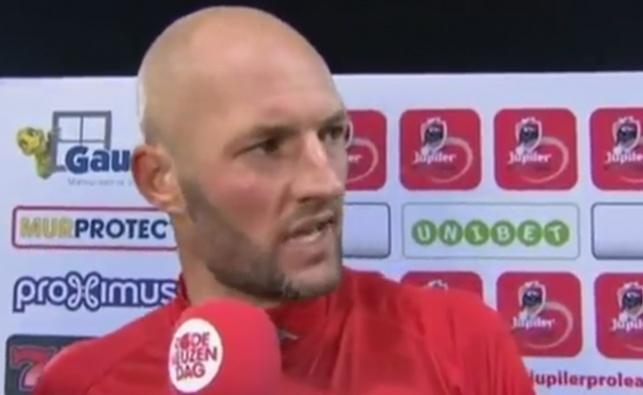 באמצע ראיון: השחקן חטף בקבוק לראש