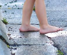אילוסטרציה - פעוט שוטט ברחוב; האם עוכבה לחקירה