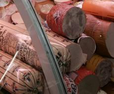 """נקניקיות של מפעל המוכר """"מעדני חזיר"""". אילוסטרציה - התושבים נרגעו: הדואר לא יגיע לחנות חזיר"""