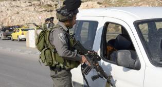 הרכב של הפלסטיני החשוד - פלסטיני ניסה לחמוק משוטרים והחביא סכין