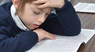 יהודהל'ה לומד משניות באמצע המסיבה - בן ה-6 הסתער על המשניות באמצע מסיבה