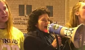 לורה לורטון בהפגנה אנטי-חרדית