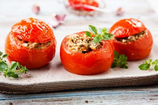 עגבניות ממולאות בסגנון סיציליאני עם אנשובי וזיתים