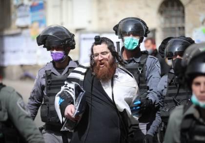 שוטרים עוצרים מתפללים במאה שערים