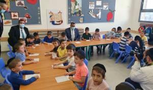 ראש העיר עם הילדים הנרגשים