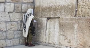 """חייל צה""""ל מתפלל בכותל"""