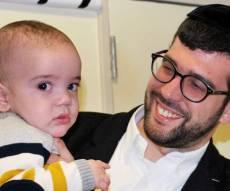 ההורים עם תינוקם שהתאושש בבית החולים - אישום נגד המטפלת שטלטלה תינוק חרדי