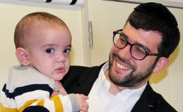 ההורים עם תינוקם שהתאושש בבית החולים