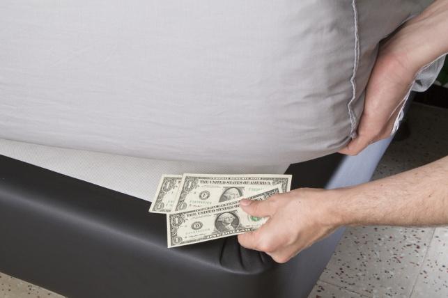 שבדיה לאזרחיה: לשמור כסף מתחת למיטה