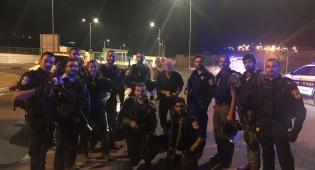 השוטרים עם בעל המשאית שניצלה