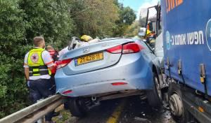 הרכב נמעך מהמשאית; אישה במצב קשה