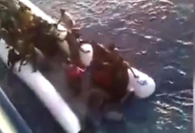 סירת המהגרים טבעה במהלך חילוץ • צפו