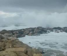 כך השפיעה הסערה על חוף שרתון • צפו