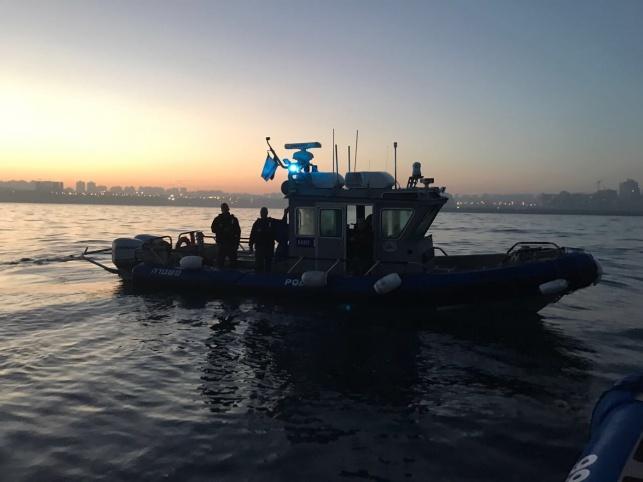 שוטרים הצילו שני דייגים שסירתם התהפכה