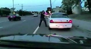 התקרית הקשה - תיעוד מחריד: השוטר יורה למוות בנהג שחור