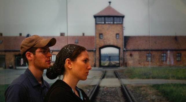 יהודים במחנה אושוויץ, היום (צילום: פלאש 90)