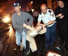 שוטרים גוררים ילד קטן, הערב. צילום: פלאש 90