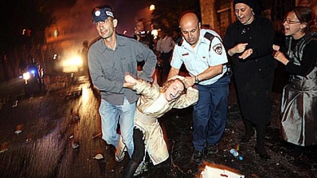 השוטרים עוצרים את אחד הנערים. צילום: פלאש 90