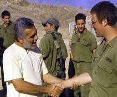המסיונר דמקני בהטפה לחיילים. צילום: כיכר השבת