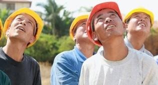 פועלים מ סין מתסכלים על חבריהם - נשיא התאחדות הבנייה הסינית: השכר של הפועלים שמגיעים לישראל - מהגבוהים בעולם