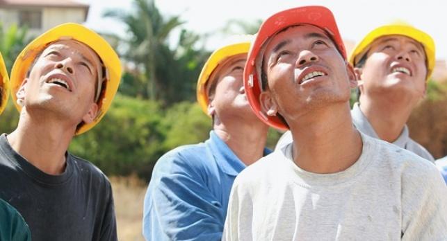פועלים מ סין מתסכלים על חבריהם