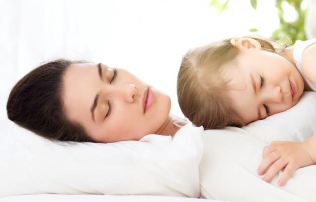 10 דרכים לגמילה מההרגל הגרוע לישון עם ההורים