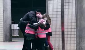 קבוצת הילדים בחיבוק מפתיע לאדם המבוגר