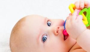 יש דרך להקל על כאבי בקיעת שיניים אצל תינוקך