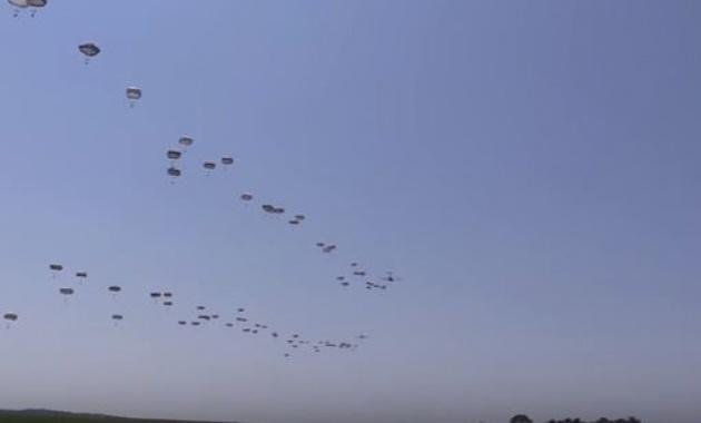 צפו: התרגיל האווירי המדהים של הצנחנים