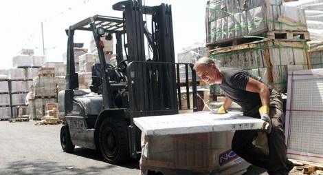 עובדים ב מפעל נגב קרמיקה - יעקב בכרך מתמודד על רכישת נגב לאחר שגררה את החברה־האם להפסד צפוי של 280 מיליון שקל