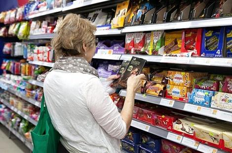 קניות מדפים סופר סופרמרקט מזון - משרד הכלכלה: רשתות הפארם יקרות מרשתות המזון הגדולות בעד 137%