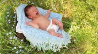 חבילה מפתיעה - תתארו לכם: ילדה מצאה תינוקת בת יומה בחצר הבית