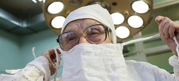 היא לא המנותחת, היא המנתחת - בת מאה כבת 20: לא תאמינו בת כמה המנתחת הזו