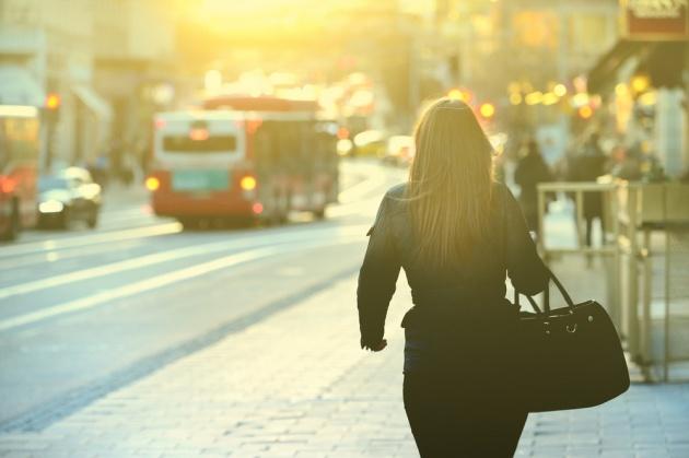 במקום הפסקת קפה בישיבה, צאי להליכה קצרה ברחוב