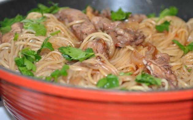 נתחי פרגית צלויה על ספגטי מבושל ברוטב