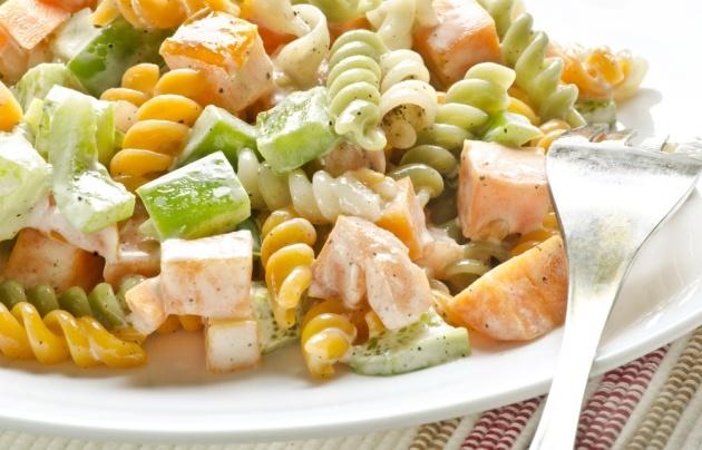 סלט שאריות: פסטה, עוף, ירקות ורוטב חרדל