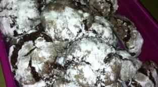 בצק שוקולדי עם שלג של אבקת סוכר
