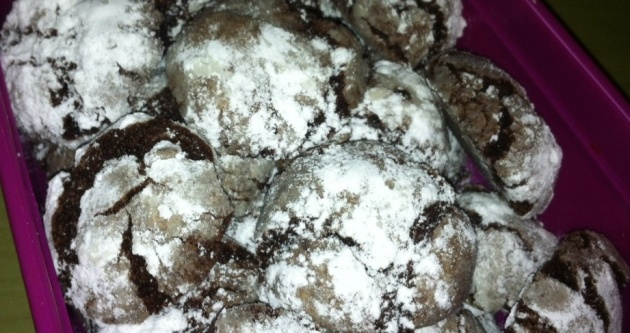 בצק שוקולדי עם שלג של אבקת סוכר - מחממים את השבת עם עוגיות שלג נימוחות