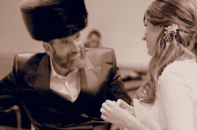 טובי שפיגל הירשלר עם אביה ביום חתונתה