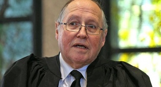 """אליקים רובינשטיין שופט סגן נשיאת בית משפט העליון - בג""""ץ דורש מהמדינה להשיב מדוע לא תקמה אג""""ח מיועדות בגמל ובביטוח"""