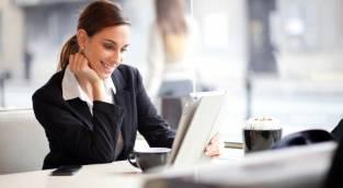 אפשר לחייך גם במקום העבודה - 4 טעויות נפוצות של נשים בעבודה בסביבה גברית